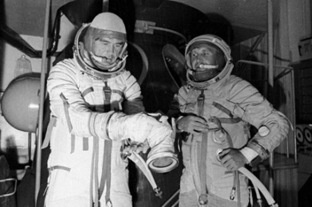 """Космонавты испытали огромные перегрузки, во время которых услышали """"механический, как у робота"""", голос, который спросил, хотят ли они жить. Ответить сил у них не было, тогда голос сообщил: Мы не дадим вам умереть для того, чтобы вы передали своим - нужно отказаться от покорения космоса."""