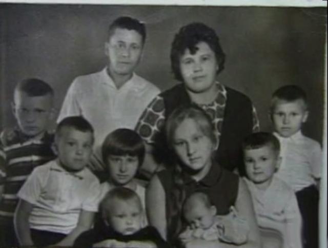 На 1988 год семья Овечкиных представляла собой мать Нинель Сергеевну (51 год) и ее 11 детей. Их отец, Дмитрий Дмитриевич, умер 3 мая 1984 года. В семье было семь сыновей: Василий (26 лет), Дмитрий (24 года), Олег (21 год), Александр (19 лет) Игорь (17 лет), Михаил (13 лет) и Сергей (9 лет) и четверо дочерей: Людмила (32 года), Ольга (28 лет), Татьяна (14 лет) и Ульяна (10 лет).