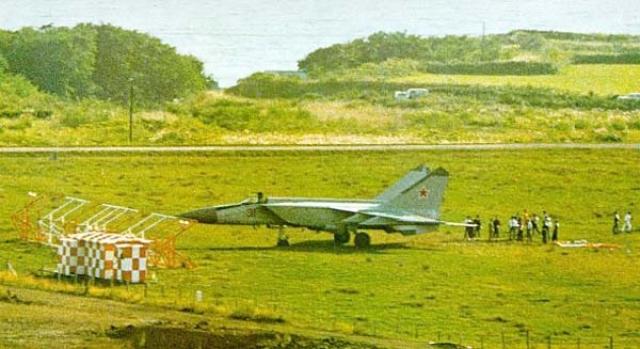 Дальнейшие события развивались в духе американских боевиков: летчик вышел из самолета, выстрелил в воздух и потребовал немедленно спрятать самолет. Аэропорт пришлось закрыть на несколько часов...