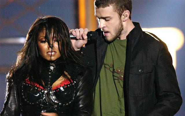 Еще один скандал произошел на самом популярном шоу в США - Super Bowl. В получасовом перерыве между таймами устраивается грандиозное музыкальное шоу, в котором участвуют самые популярные американские звезды.