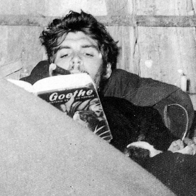 Начиная с 4 лет Гевара страстно увлекся чтением, благо в доме родителей Че находилась библиотека из нескольких тысяч книг, очень любил поэзию и даже сам сочинял стихи.