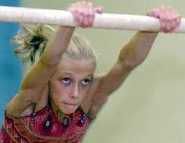 Александра Хучи. В 2001 году 12-летняя гимнастка, выступавшая за юниорскую команду Румынии, во время одного из занятий потеряла сознание и впала в кому. .