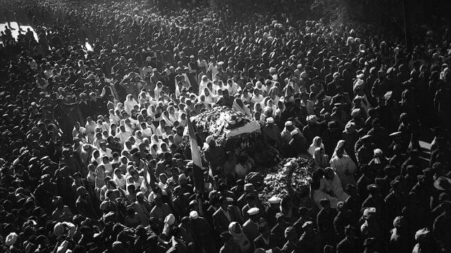 В процессии приняло участие более двух миллионов человек, а в давке на Трубной площади погибло до двух тысяч человек. 9 марта забальзамированное тело Сталина было помещено в Мавзолей.