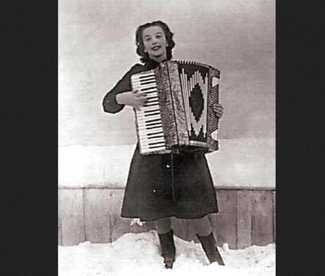 Бабушка вместе с шестилетней девочкой ходила по деревням и пела народные песни, прося милостыню. Однако через год умерла и бабушка... На сирот обратила внимание жена высокого чиновника.
