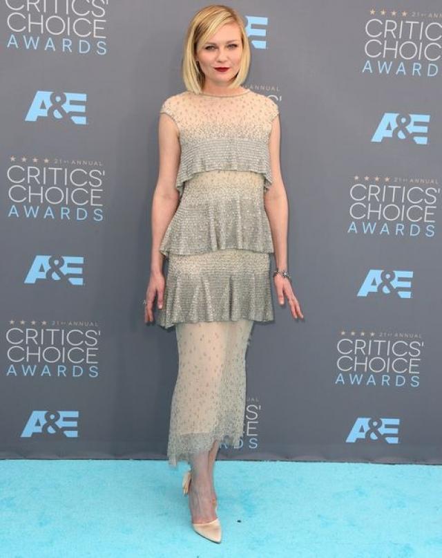 Кирстен Данст. Возможно платье задумывалось как нежное и женственное, но, увы, таковым не стало.