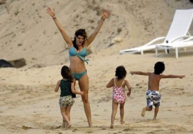 Стефани Сеймур, трое детей Одна из супермоделей первой волны и бывший ангел Victoria's Secret Стефани Сеймур доказывает, что и в свои 50 лет она по-прежнему безупречно выглядит в купальнике.