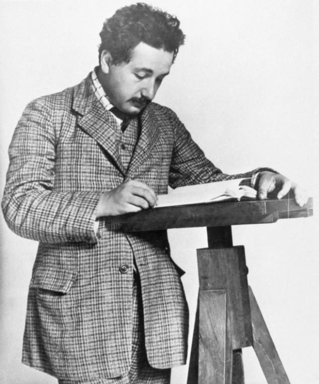 """Однажды, когда его спросили, чему равна скорость звука, Альберт Эйнштейн ответил: """" Я никогда не запоминаю таких вещей, которые могут быть легко найдены в книгах """"."""