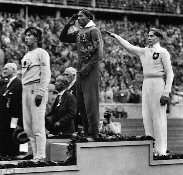 Джесси Оуэнс, успешный афроамериканский олимпиец, очень удивился, получив от Гитлера подарок после своего выступления на Олимпийских играх 1936 года: диктатор отправиле му свое фото. Президент Рузвельт даже не послал поздравительную телеграмму.