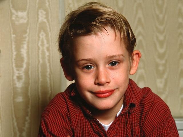 Маколей Калкин. Казалось бы, детская карьера должна была обеспечить актеру великолепный старт, но вмешались вредные привычки: в 2004 году его арестовали за хранение марихуаны и препаратов, но которые у него не было рецепта.