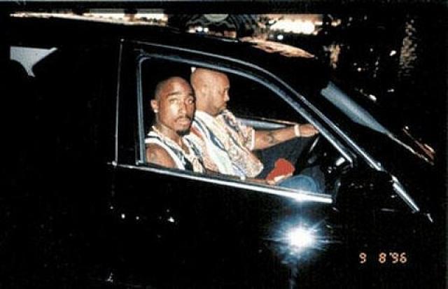 На этом фото рэпер Тупак Шакур сидит со своим менеджером в машине, в котором он будет застрелен из проезжающего мимо автомобиля 13 сентября 1996 года.