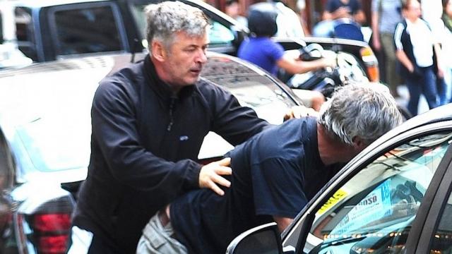 Алек Болдуин. Актер стал настоящей грозой папарацци: с 2012 года он избил как минимум троих.