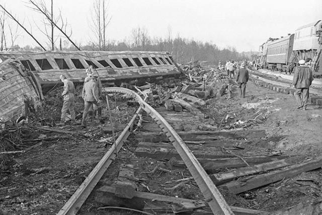 Катастрофа под Уфой. 4 июня (3 июня по московскому времени) 1989 года около Уфы произошла крупнейшая в истории России и СССР железнодорожная катастрофа: в момент встречи двух пассажирских поездов прогремел мощный объемный взрыв газа и вспыхнул гигантский пожар.