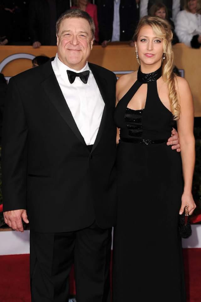 Джон Гудмен. Актер, уже давно страдающий лишним весом, женат на Анне Бет Хартзог с 1989 года.
