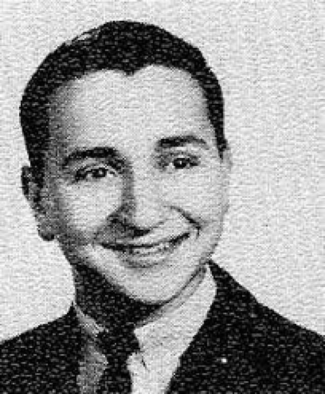 В 10 лет Адельсон продавал газеты на улицах, шампунь и салфетки в гостиницах. Затем занял у дяди Эла 200 долларов и купил себе место на тротуаре.