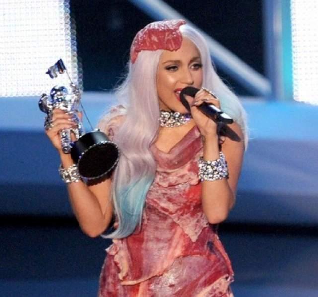 Леди Гага, 32 года. Ее наряды настолько обсуждаемы, что трудно найти человека, который бы не знал о ее платье из мяса, из презервативов, или бант из волос.