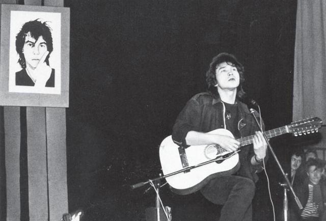 Виктор Цой на концерте памяти Александра Башлачева. Февраль 1988 года.