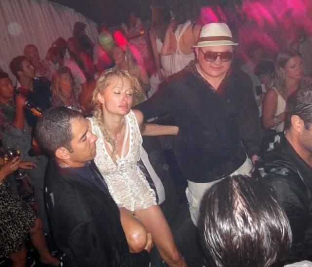"""Белье Пэрис Хилтон. Эпатажную миллионершку застукали в одном из ночных клубов Сен-Тропе. Хилтон тогда """"приняла"""" изрядно на грудь шампанского и пустилась в пляс вместе с загорелыми незнакомцами. Она даже не заметила, как её белье вылезло наружу."""