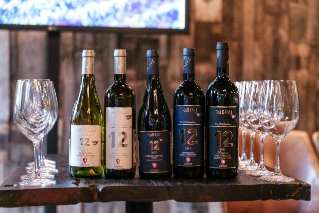 """Кроме этого у Никиты Сергеевича есть совместный винодельческий бизнес в итальянской Тоскане, а марка вина, выпускаемая организацией, имеет название одного из фильмов Никиты Сергеевича: """"двенадцать"""" по-итальянски — """"Додичи""""."""