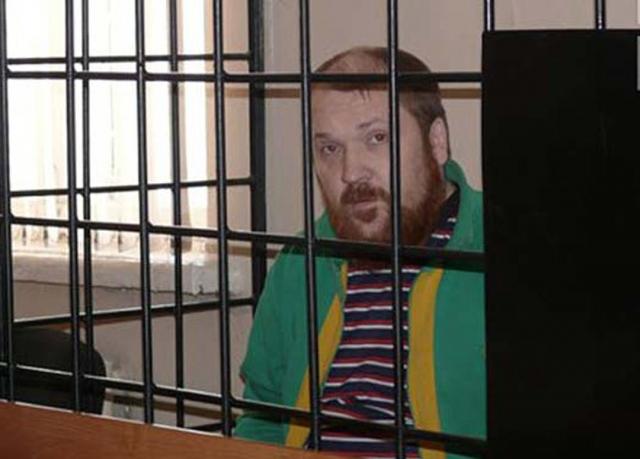 Последний раз его арестовали за грабеж, разбой, вымогательство с применением насилия и умышленное причинение тяжкого вреда здоровью.