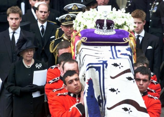 Королева Елизавета. 101-летняя королева-мать скончалась в 2002 году, а для ее проводов организовали очень пышные похороны в Вестминстерском аббатстве.