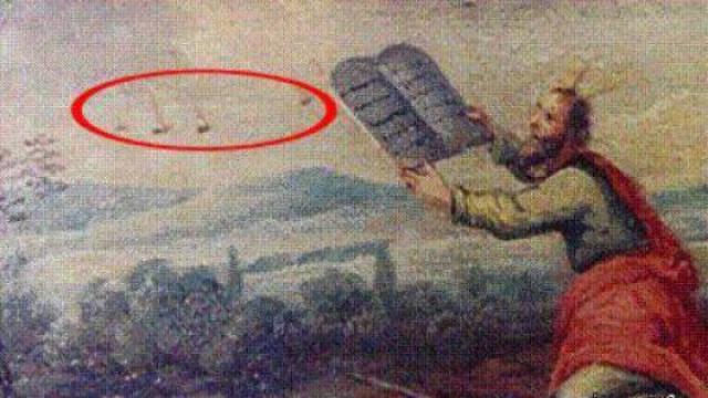 На фреске неизвестного автора Моисей получил скрижали и три объекта в небе видны неподалеку от него.