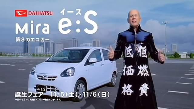Не особенно напрягался и Брюс Уиллис в рекламе Daihatsu, представ в таком модном плаще.