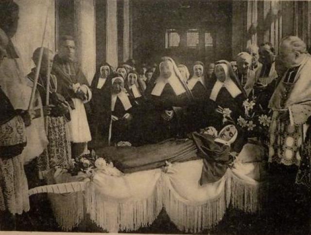 Перед тем как признать ее святой, Католическая церковь три раза вскрывала могилу. Свидетелями эксгумации были доктора, священники и другие уважаемые члены общества.
