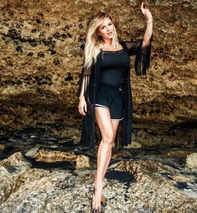 """После публикации этого снимка Семенович также упрекнули в том, что она """"удлинила"""" себе ноги и сделала их стройнее, как и талию."""