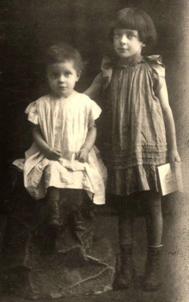 """В 1917 году родилась Ирина, о которой Цветаева писала: """"""""Бездушная"""", лишенная природного дара Души из породы """"неограниченного количества тел"""""""". При этом девочка росла болезненной на фоне постоянной нужды и голода."""