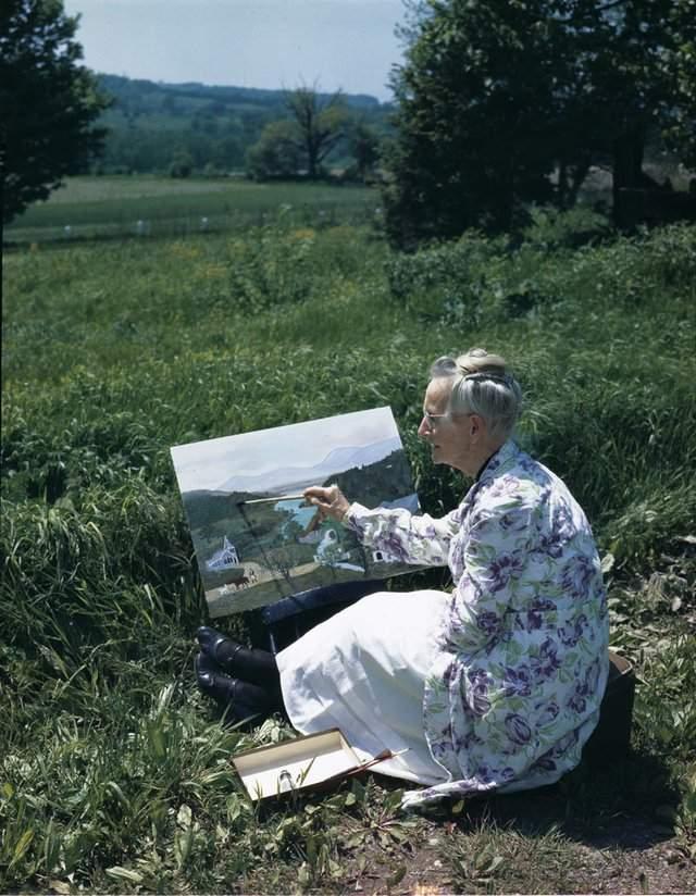 Анна рисовала с детства, но в специальную школу не ходила. После вышла замуж и зажила с мужем на ферме в штате Нью-Йорк. Родила пятерых детей.