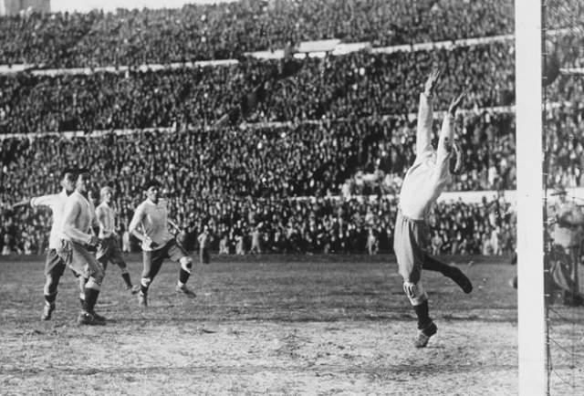 Но руки, как известно, в футболе только мешают. И Кастро стал автором первого мяча сборной Уругвая на ЧМ, забив победный гол в матче с Перу (1:0). Он же отличился в финале, забив один из четырех голов в ворота аргентинцев.