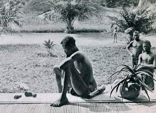 Печальный отец. При беглом взгляде в этом снимке с задумчивым африканцем нет ничего необычного, но присмотревшись, можно заметить, что перед мужчиной лежат отрубленные детские стопа и кисть.