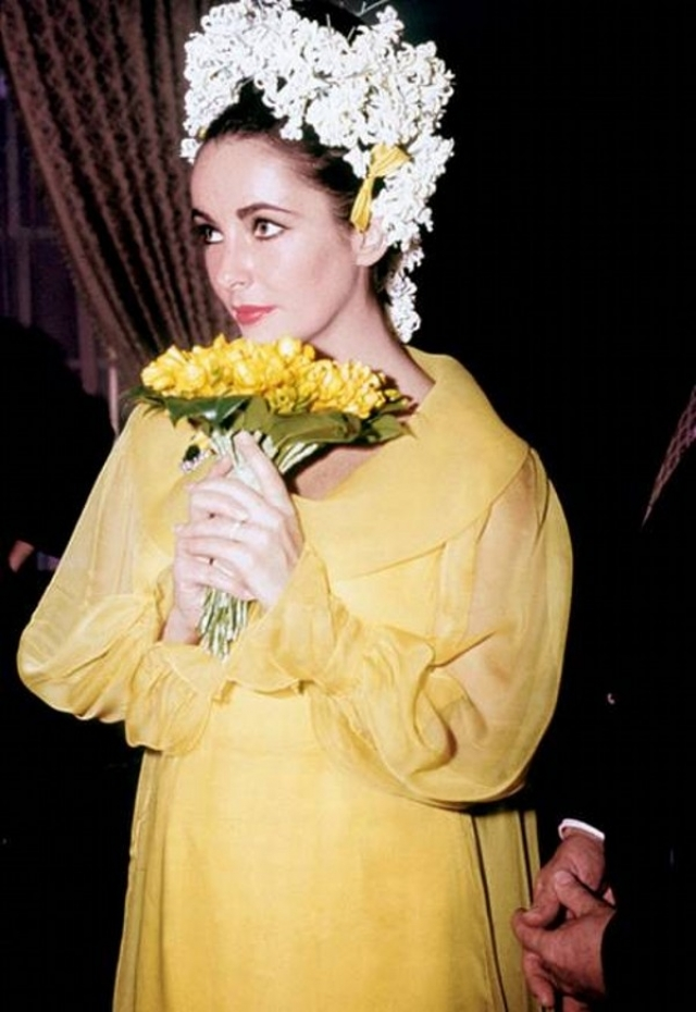 Элизабет Тейлор. На пятое бракосочетание из восьми актриса надела странноватый наряд желтого цвета.