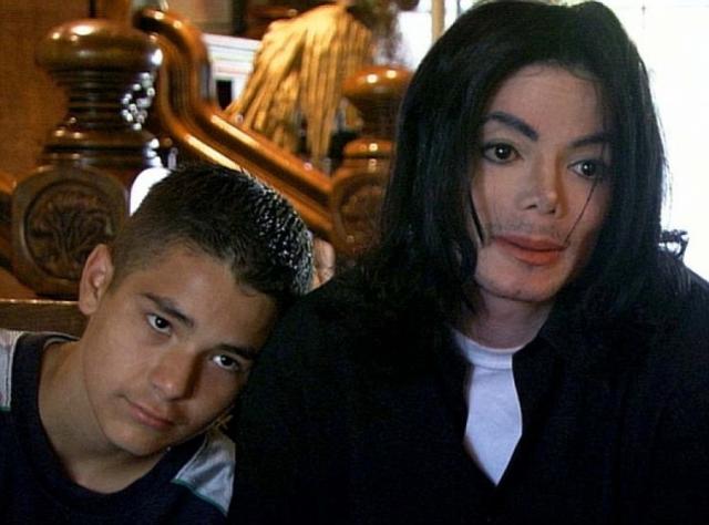 """Через десять лет Майклу вновь предъявили подобное обвинение: в растлении 13-летнего Гэвина Арвизо, тоже постоянного посетителя ранчо """"Неверлэнд""""."""