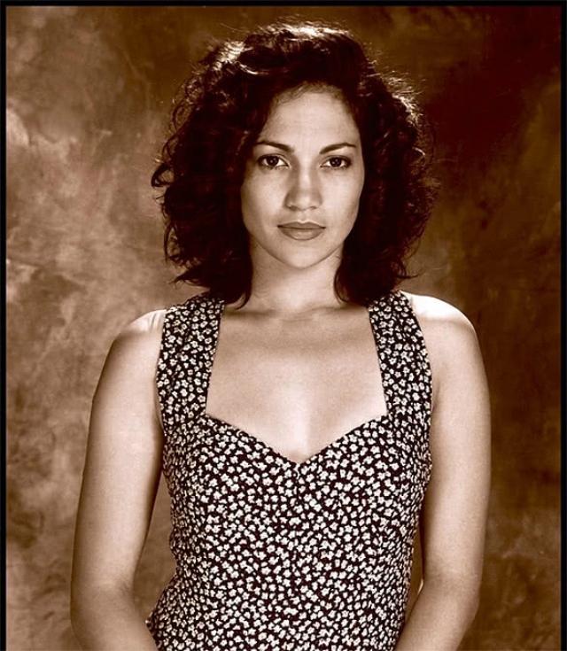 Дженнифер Лопес. Певица и актриса на заре карьеры позволяла себе стать жертвой моды.