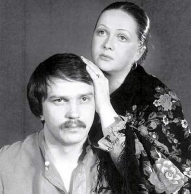 """В 1979 году во время работы над звёздным спектаклем """"Леди Макбет Мценского уезда"""" Гундарева сблизилась со сценическим партнёром по роли Виктором Корешковым. После короткого и бурного романа они поженились, но брак вскоре распался."""
