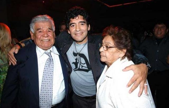 Родители Диего Марадоны. Легенда футбола родился в семье дона Диего, потомственного рабочего, трудившегося на мельнице Тритумоль, и его жены, домохозяйки Дальмы Сальвадоры Франко. Марадона был пятым ребенком в семействе, но первым мальчиком.
