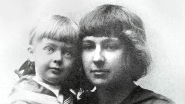 Марина Цветаева. Первая дочь поэтессы, Ариадна, родилась в 29 января 1912 года. Девочка росла не по годам развитой, рано научилась читать и писать, сочинять стихи, поэтому Марина в ней души не чаяла.