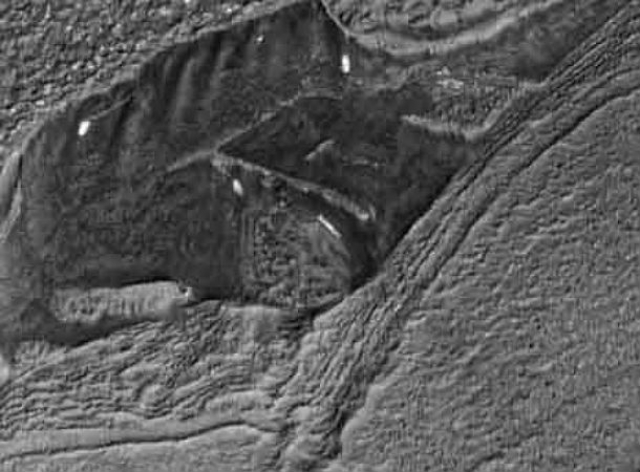 """На фотографиях камеры, установленной на борту космического аппарата Mars Reconnaissance Orbiter, также были найдены необычные """"постройки""""."""