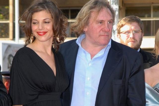 Жерар Депардье и Клементин Иго. Кстати, сейчас актера уже более десяти лет связывают романтические отношения тоже с красавицей, писательницей, которая еще и ощутимо его моложе.