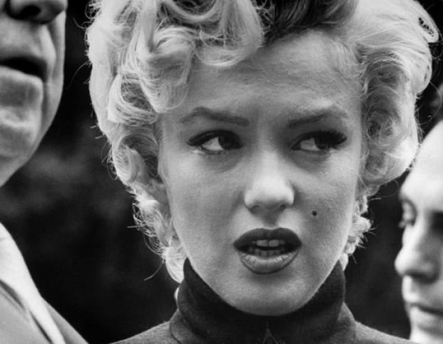 Мэрилин Монро стала первой знаменитостью, которая призналась в том, что была жертвой сексуального насилия. В 1953 году она рассказала о том, что когда в девятилетнем возрасте она попала в приемную семью, ее изнасиловал взрослый мужчина.