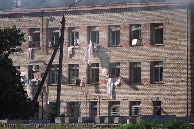 С собой террористы забрали 123 заложника из числа лиц, согласившихся их сопровождать, в том числе 20 журналистов, трех народных депутатов РФ, представителей администрации Буденновска и Ставропольского края, которых 20 июня они освободили по прибытии в Чечню.