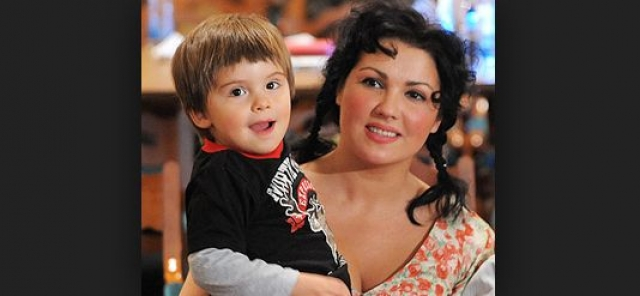 """Анна Нетребко. В 2008 году известная российская оперная дива родила первенца. Когда Тьяго исполнилось три года, у него диагностировали """"аутизм""""."""