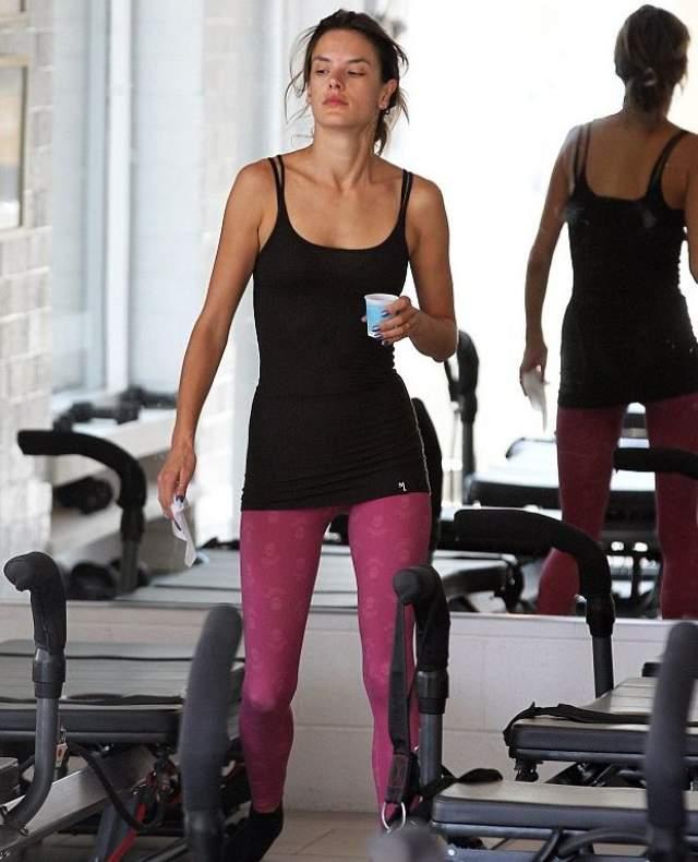 """Впрочем, """"ветеран"""" модельной службы Амброссио не переживает, что о ней думают остальные. Она посещает спортзал: ведь после беременности ей пришлось сбросить 27 кг. А кроме этого, регулярно бегает по лестнице, чтобы не допускать появления целлюлита."""