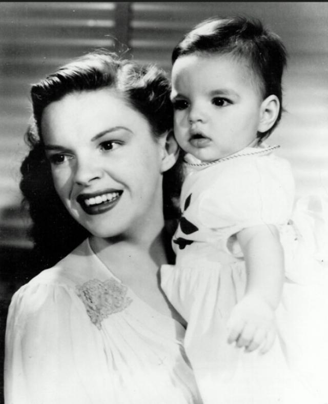 """Лайза Минелли. Когда-то дочери Джуди Гарленд приходилось выслушивать """"добрых"""" маминых коллег, которые открыто называли девочку дурнушкой и даже """"карикатурной версией Джуди""""."""