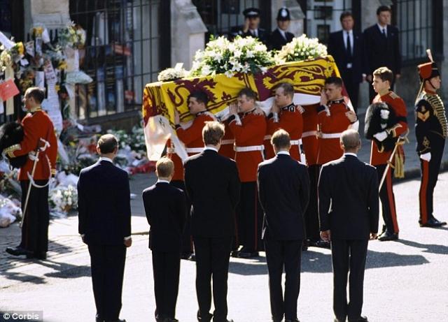 Принцесса Диана. Супруга принца Чарльза Уэльского и любимица англичан и людей по всему миру погибла в 1997 в автокатастрофе в Париже. На пышные похороны потратили $7,7 млн (11,8 млн на сегодняшний день).