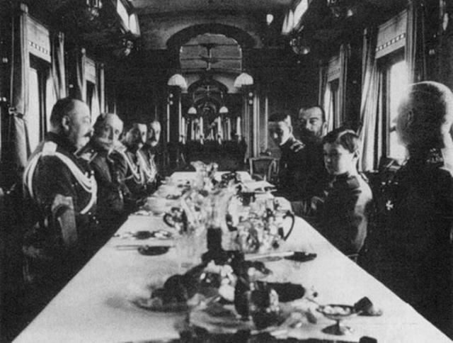 Обычными для царской семьи блюдами были борщ, каши, отварная рыба с овощами. Николай более всего любил жареного молодого поросенка с хреном, которого запивал портвейном.