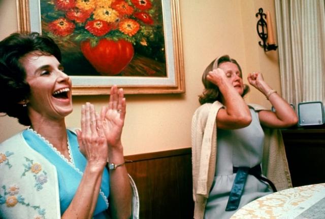 """Жены астронавтов """"Аполлона 8"""", когда наконец-то услышали голоса своих мужей в полете."""
