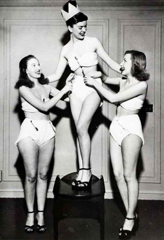 """""""Мисс памперс"""". Несложно догадаться, что такой конкурс мог пройти только в США. И был формой рекламной кампании производителей памперсов. У победительницы Бетти Барретт отличная фигура, милое лицо и ослепительная улыбка чего не скажешь об антураже."""