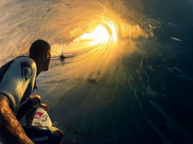 Селфи серфера внутри волны.